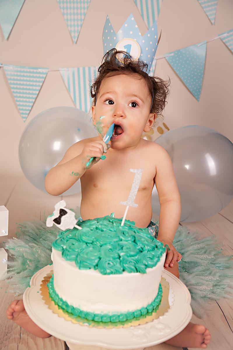 Cake Smash Fotoshooting Junge mit Torte