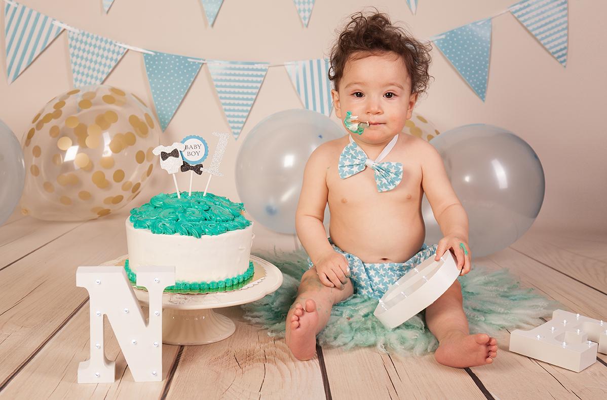 Kleiner Junge mit Torte