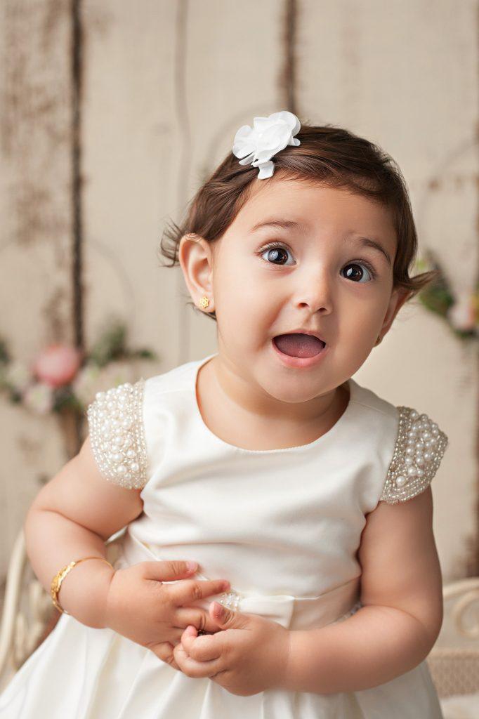 Geburtstags-Fotoshooting Baby Mädchen Portrait in weiß