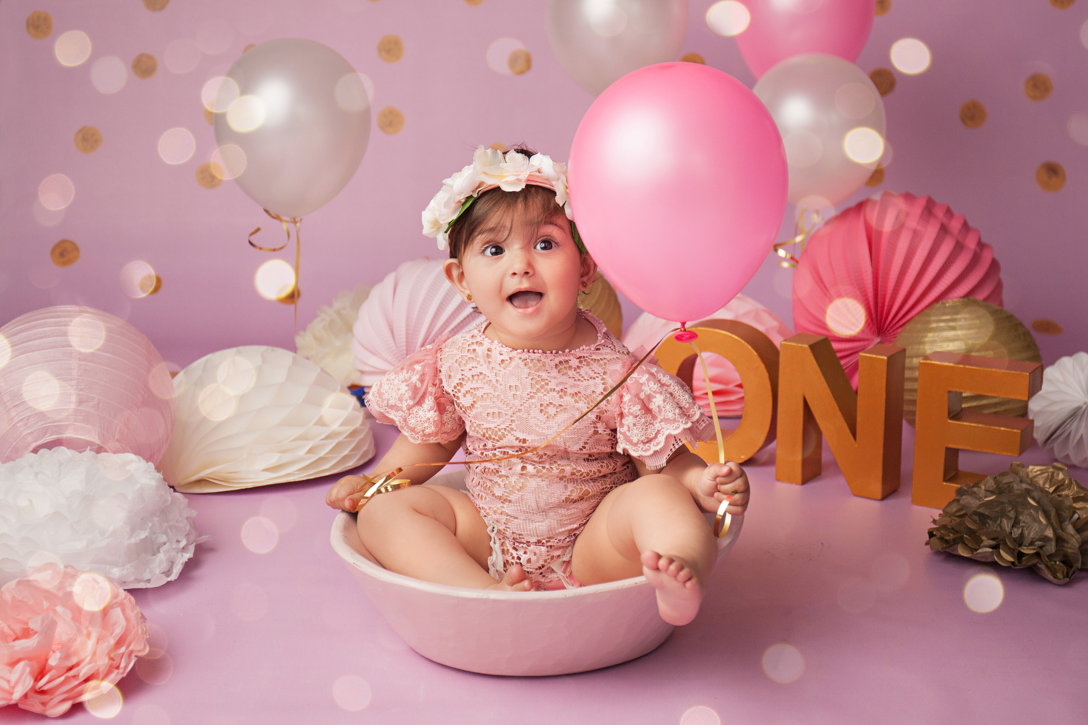 Geburtstags-Fotoshooting Baby Mädchen mit Luftballon