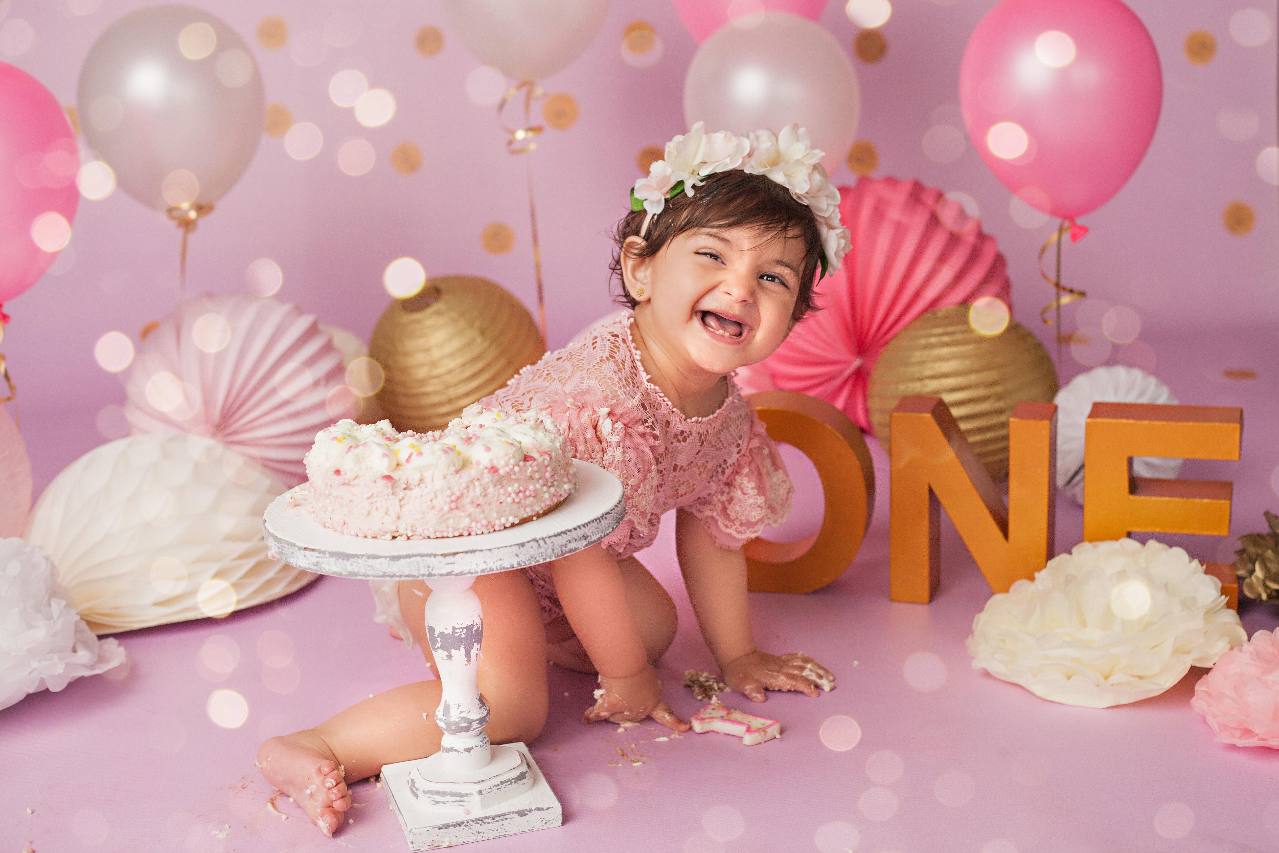 Geburtstags-Fotoshooting Mädchen mit rosa Torte